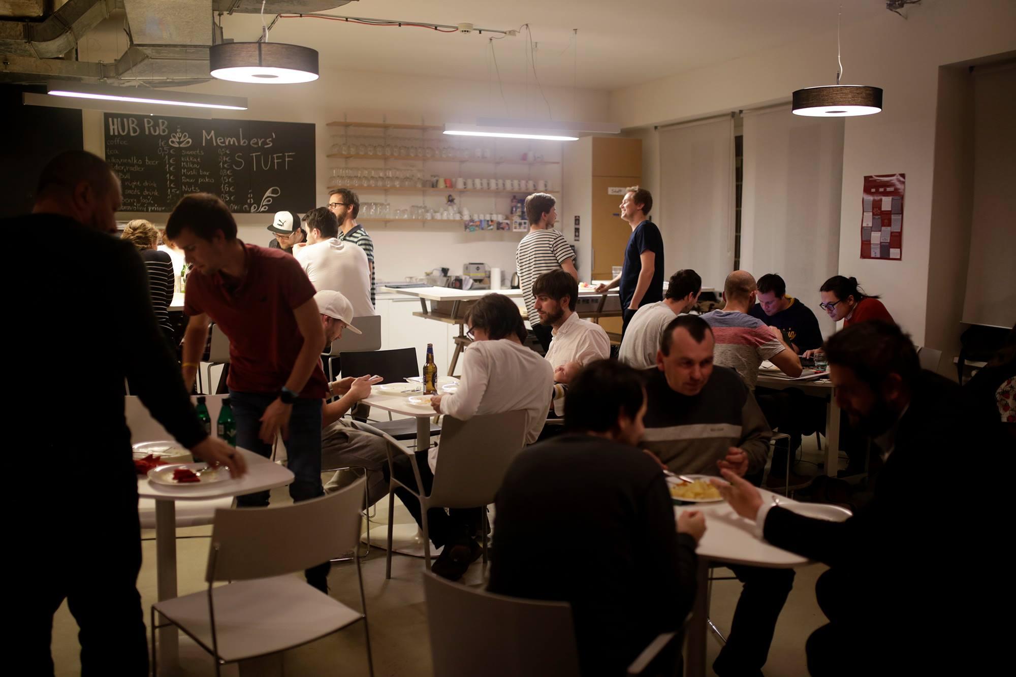 ca0f5a3fe Týmto chcú organizátori nechať priestor aj šikovným študentom s čerstvými  nápadmi, ktorí sa môžu pridať priamo na hackathone k tímom.